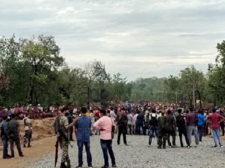 सिलगेर गोलीकांड मामले में स्थानीय ग्रामीण और मृतकों के परिजनों की ओर से CRPF और पुलिस जवानों के खिलाफ एक शिकायत जगरगुंडा थाने में दर्ज करवाई गई है।