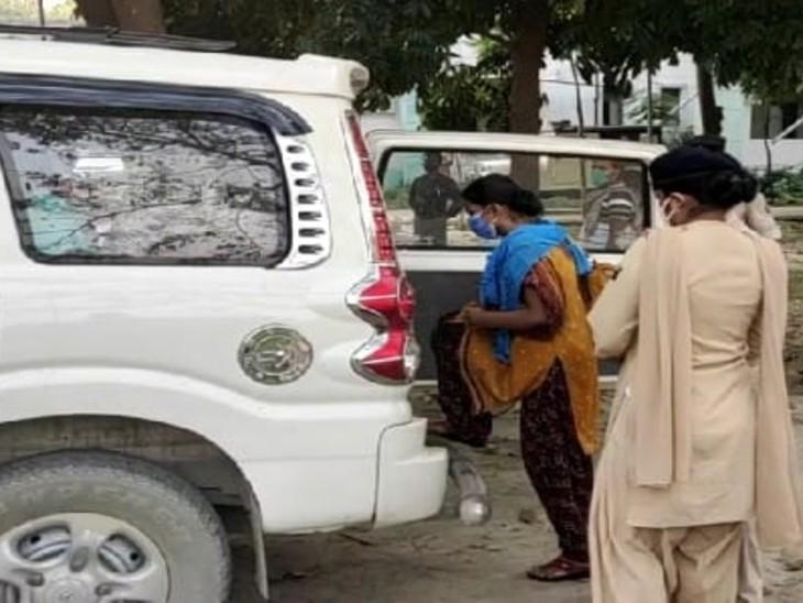 गलत रिपोर्ट बनाने वाले CHC कर्मी को थाने ले जाती पुलिस। - Dainik Bhaskar