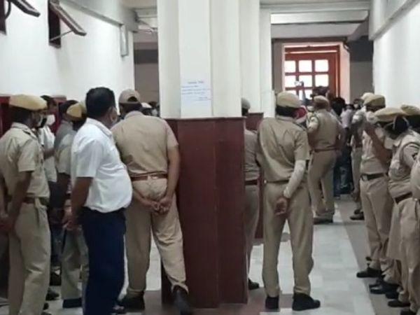 जयपुर नगर निगम मुख्यालय पर हुए विवाद के बाद तैनात पुलिस फोर्स।