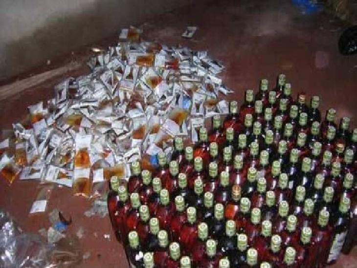 अवैध शराब फैक्ट्री मामले में 2 दरोगा 3 सिपाही सस्पेंड, नकली सैम्पलिंग से ठेकों व गांव में हो रही थी सप्लाई, पिता-पुत्र समेत 4 गिरफ्तार|मथुरा,Mathura - Dainik Bhaskar