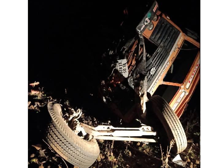 कुंडम से आ रहा था बोरवेल का ट्रक, गहरी खाई में पलटा, मौके पर एक मजदूर की मौत, चार घायल|जबलपुर,Jabalpur - Dainik Bhaskar