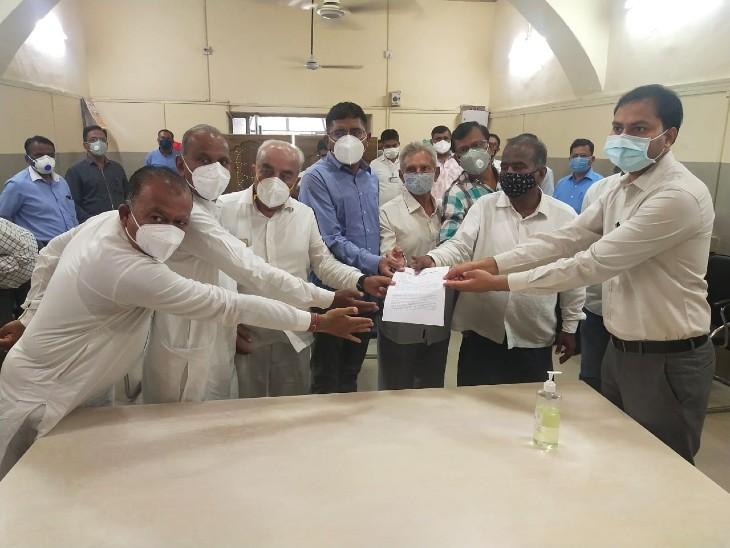 प्रभारी मंत्री सुखराम विश्नोई ने जिला कलेक्टर को दिया ज्ञापन, राष्ट्रपति से की युवाओं के लिए निशुल्क वैक्सीनेशन की मांग|बाड़मेर,Barmer - Dainik Bhaskar