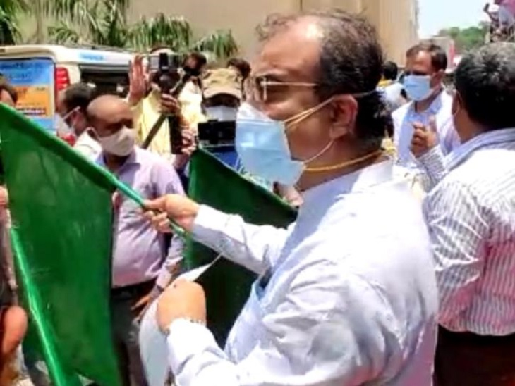 पटना के पटेल भवन से टीका एक्सप्रेस गाड़ियों को हरी झंडी दिखाकर रवाना करते हेल्थ मिनिस्टर।