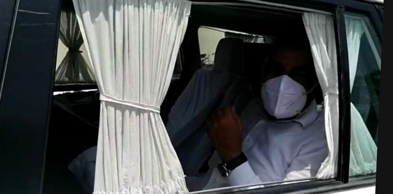 जालोर जिला कलेक्टर की गाड़ी में रवाना होते प्रभारी मंत्री सुखराम विश्नोई।