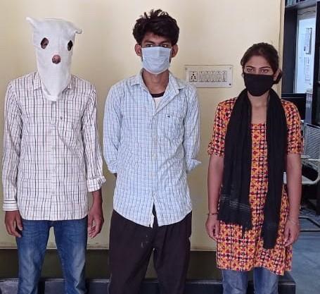 पुलिस की गिरफ्त में तीनों आरोपी, जिसमें पीड़िता की बहिन भी शामिल है। - Dainik Bhaskar