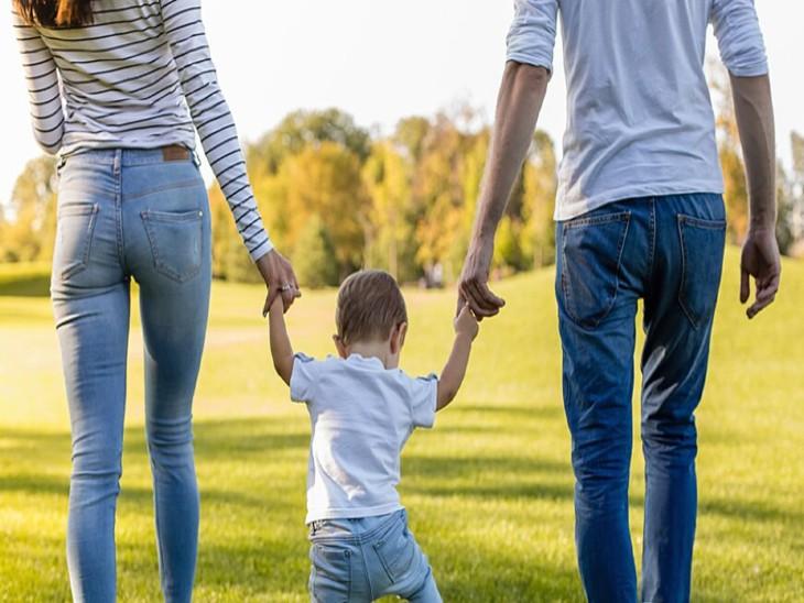 अमेरिका में जिन दंपतियों के बच्चे 6 साल से छोटे हैं, महिलाएं बच्चों को खिलाने-पिलाने और शारीरिक देखभाल करती हैं तो पुरुष उन्हें नहलाने का काम करते हैं। - Dainik Bhaskar