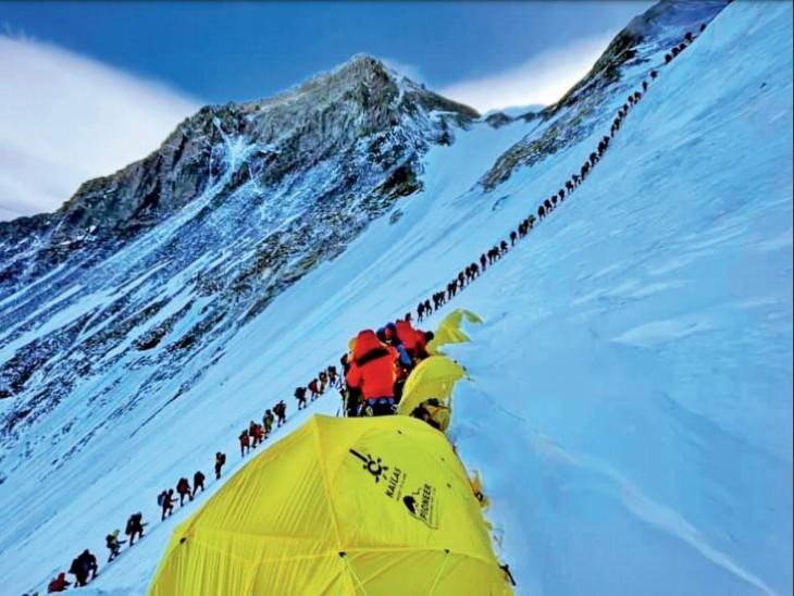 पर्वतारोहियों की कतार की यह दुर्लभ फोटो मिंगमा दोरची शेरपा ने ली है। - Dainik Bhaskar