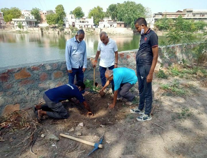लाखोटिया उद्यान परिसर में पौधा लगाती टीम।