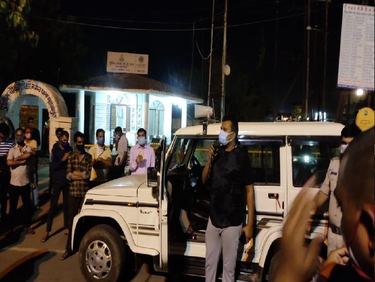 रात को सड़कों पर लोगों को समझाइश देते पुलिस व प्रशासन के अफसर
