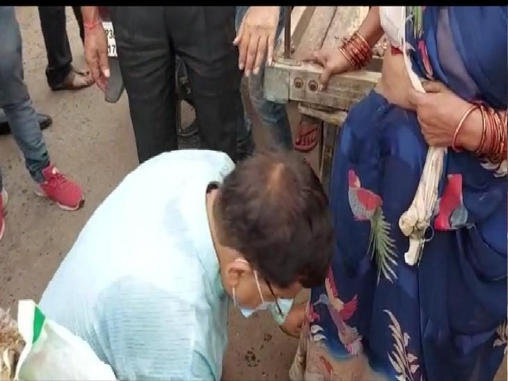 सब्जी विक्रेता महिला के पैर छूते ऊर्जामंत्री प्रद्युम्न सिंह तोमर - Dainik Bhaskar