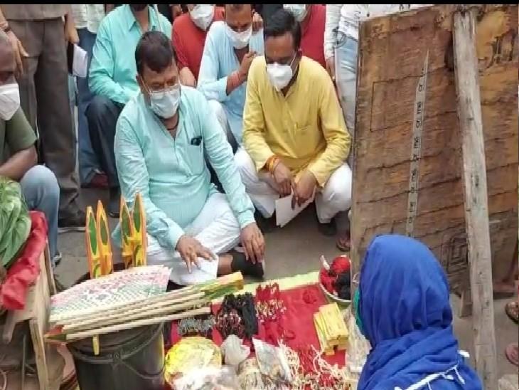 फुटपाथ पर व्यवसाय करने वालों को जागरूक करते मंत्री प्रद्युम्न सिंह तोमर।