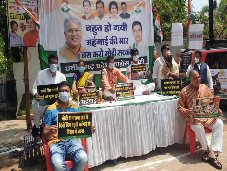केंद्र सरकार की नीतियों के खिलाफ कांग्रेस नेताओं ने अपने घर के बाहर गाड़ा तंबू, खाली सिलेंडर रखकर, थाली बजाकर किया प्रदर्शन|रायपुर,Raipur - Dainik Bhaskar