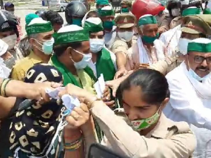 किसान बिल की प्रतियां फाड़ने पहुंचे तहसील, पुलिस ने छीनकर जेब में रखी|आगरा,Agra - Dainik Bhaskar