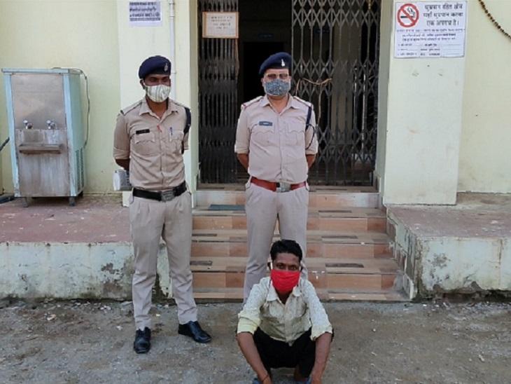 बारात निकलने से पहले दूल्हे को पुलिस घर से उठा ले गई। दूल्हे के ऊपर 16 साल की लड़की ने दुष्कर्म का आरोप लगाया है। - Dainik Bhaskar