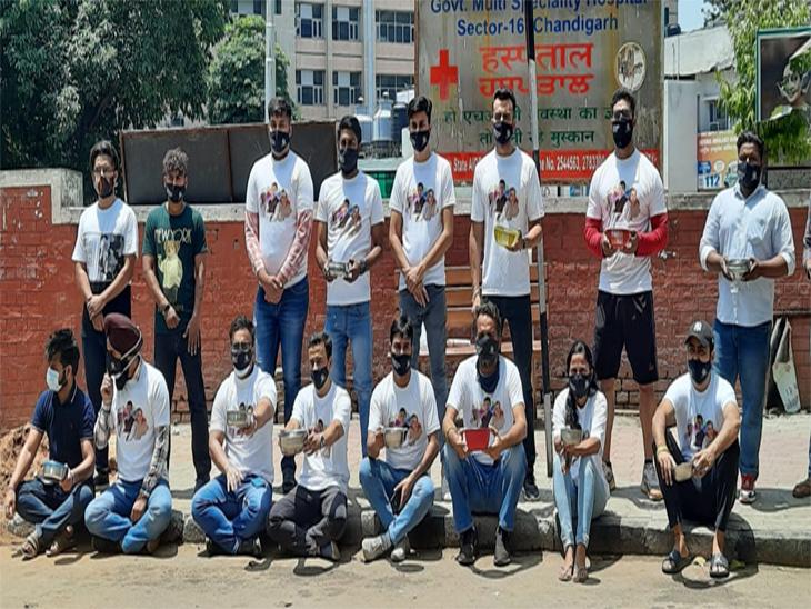 चंडीगढ़ यूथ कांग्रेस के सदस्यों ने सेक्टर-16 अस्पताल के बाहर युवाओं को जल्द वैक्सीन डोज लगाने के लिए कटोरा लेकर भीख मांगी|चंडीगढ़,Chandigarh - Dainik Bhaskar