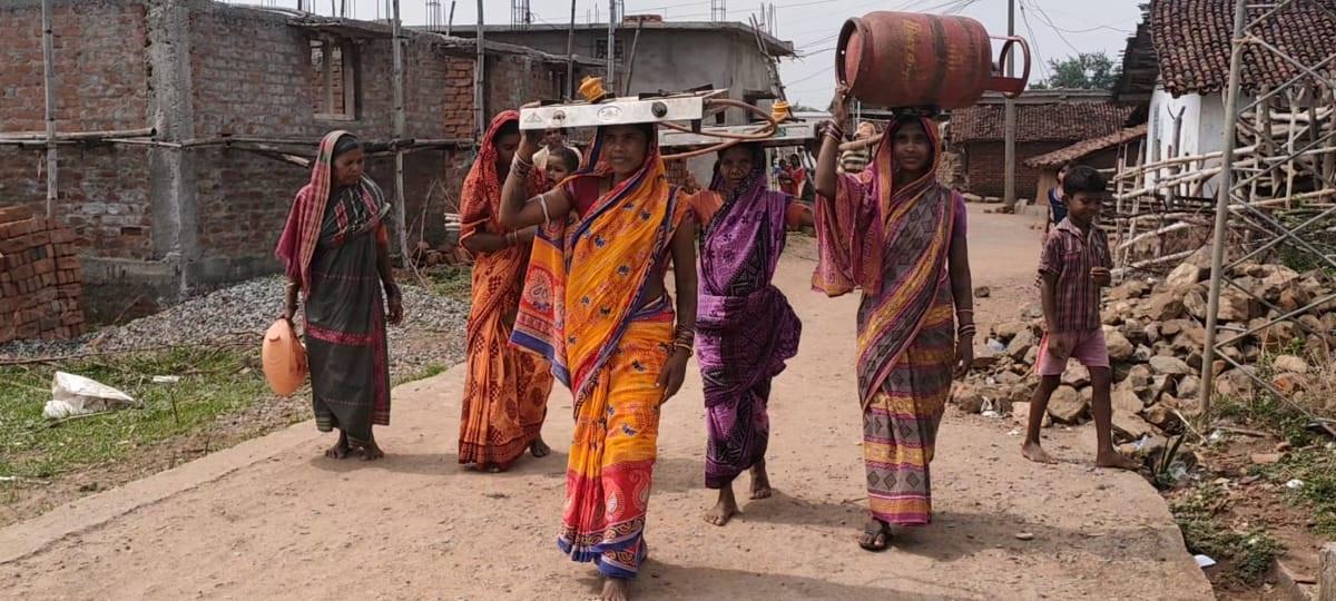 कांग्रेस उपाध्यक्ष के प्रदर्शन के अलावा, गांव की महिलाओं ने भी सिर पर सिलेंडर और चूल्हा उठाकर विरोध जताय।