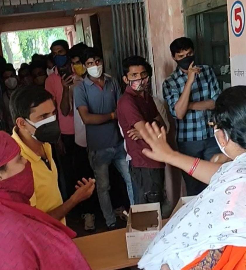 बिना वैक्सीन लगवाएं लौटे 50 से ज्यादा लोग, युवा हुएनाराज, सोनासांवरी केंद्र पर लक्ष्य से ज्यादा पहुंचे लोग|होशंगाबाद,Hoshangabad - Dainik Bhaskar