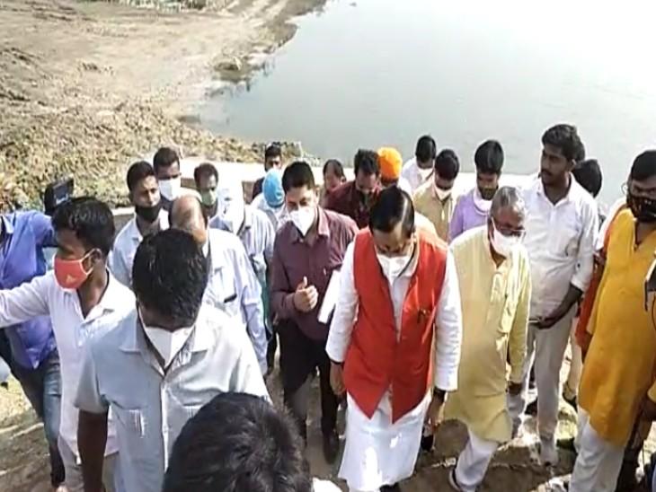 जलशक्ति मंत्री डॉ महेंद्र सिंह ने बरसात से पहले सभी कार्यों को पूर्ण कराने के लिए अधिकारियों को कड़े दिशा निर्देश दिए। - Dainik Bhaskar