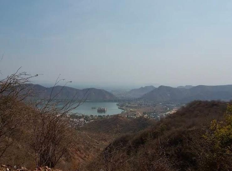 जेठ के महीने में पहले पहाड़ियां कुछ ऐसी नजर आती थीं। इस बार बारिश ने जयपुर के आसपास नाहरगढ़ और जयगढ़ की पहाड़ी पर हरियाली ला दी है।