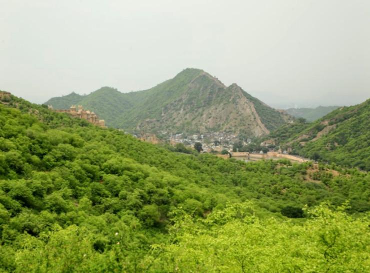 हरियाली के बीच जयगढ़ की पहाड़ी से नजर आता आमेर जयपुर नगर सीमा में ही स्थित उपनगर है। यहां का प्रसिद्ध आमेर किला बॉलीवुड फिल्मों की शूटिंग के लिए पहचाना जाता है।