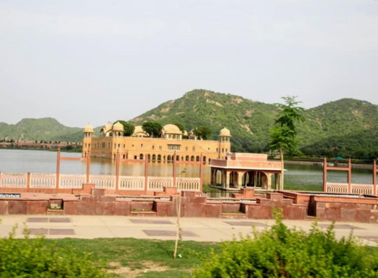 जयपुर-आमेर मार्ग पर मानसागर झील के मध्य स्थित इस महल का निर्माण सवाई प्रताप सिंह ने अश्वमेध यज्ञ के बाद 1799 में कराया था।