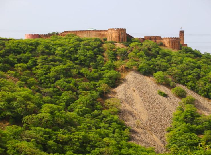 जयपुर में अरावली पर्वतमाला में चील का टीला (ईगल की पहाड़ी) पर आमेर दुर्ग एवं मावठा झील के ऊपरी हिस्से में जयगढ़ किला है। महाराजा सवाई जयसिंह ने इस किले का निर्माण कराया था।