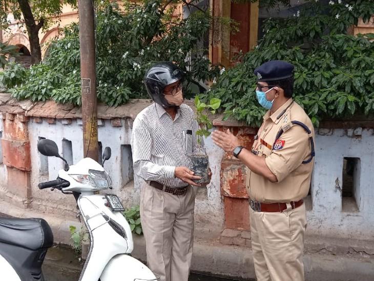 वीकेंड लॉकडाउन में शराब के ठेके खुले तो कहीं दुकानें, उल्लंघन करने वालों को चालान की जगह दिए पौधे|कानपुर,Kanpur - Dainik Bhaskar