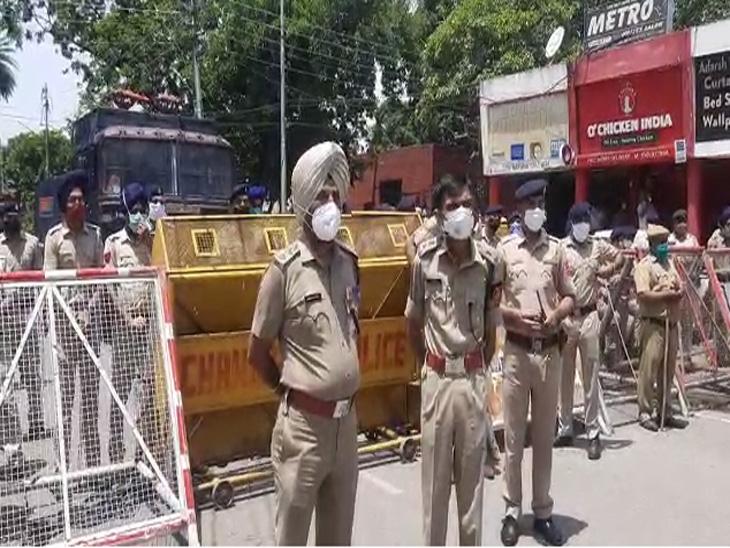 काफी संख्या में पुलिस भाजपा नेता के घर के बाहर तैनात रहे