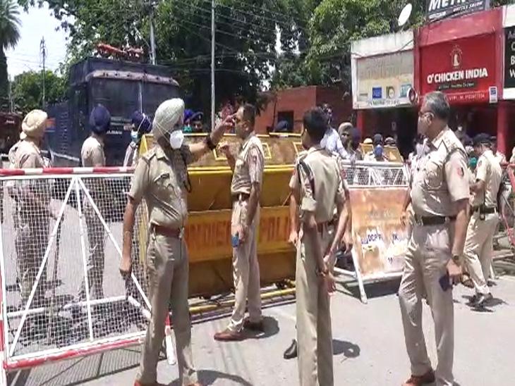 पुलिस ने बैरिकेड लगाकर रास्ता रोका