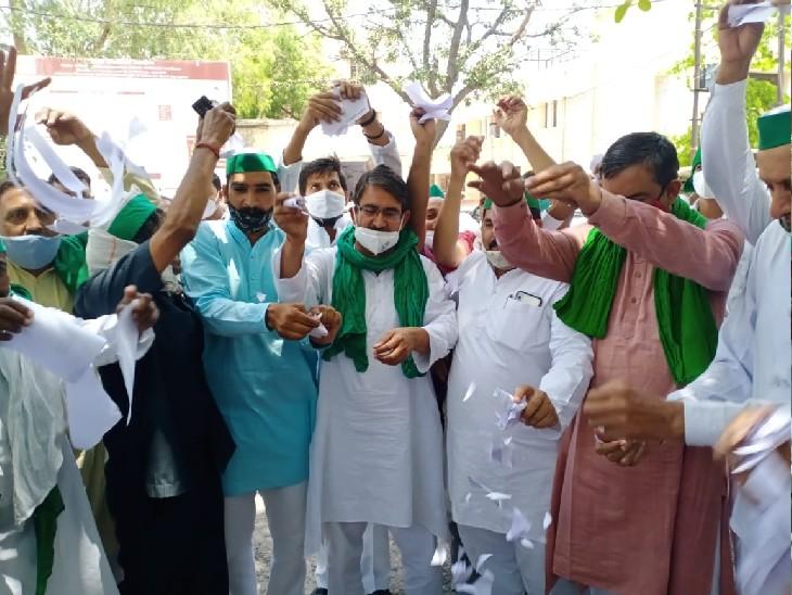 मेरठ कलेक्ट्रेट में भाकियू नेताओं का बखेड़ा, नए कृषि कानून की प्रतियां फाड़कर हवा मेंउड़ाई|मेरठ,Meerut - Dainik Bhaskar