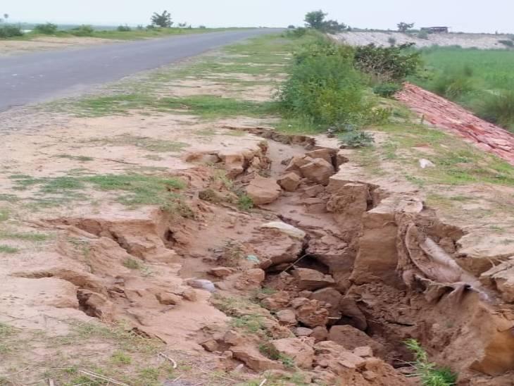 मेरठ में मानसून से पहले पहली बारिश में ही बहने लगी करोड़ों की सड़क की मिट्टी, सड़क के दोनों तरफ हुए बड़े-बड़े गड्ढे मेरठ,Meerut - Dainik Bhaskar