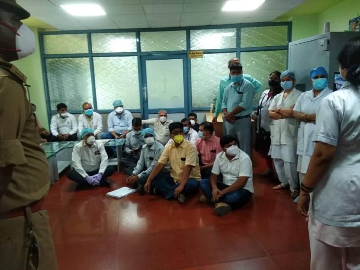 लखनऊ में कोरोना कॉल में 9 कर्मचारियों को हटाए जाने पर लोहिया संस्थान में हुआ हंगामा, आश्वासन के बाद माने कर्मचारी|लखनऊ,Lucknow - Dainik Bhaskar