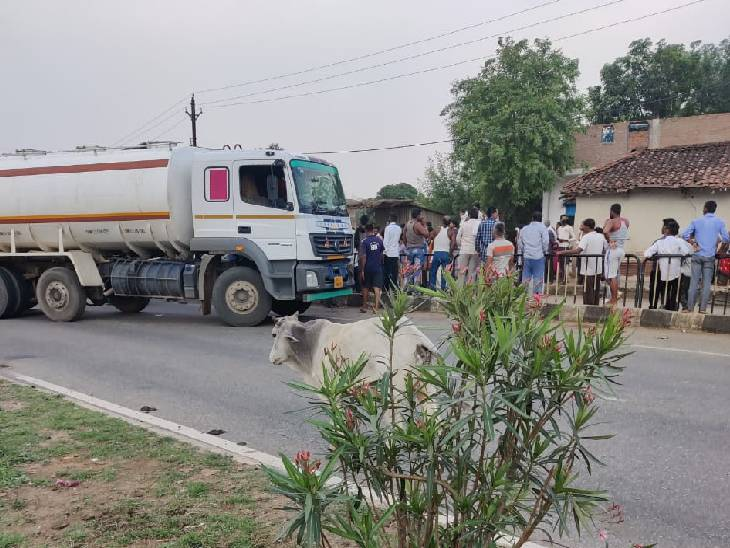सड़क पार कर रहे युवक पर अनियंत्रित ट्रक पलटा, चपेट में आने से मौके पर मौत, कुछ देर के लिए थम गया था हाईवे|रीवा,Rewa - Dainik Bhaskar