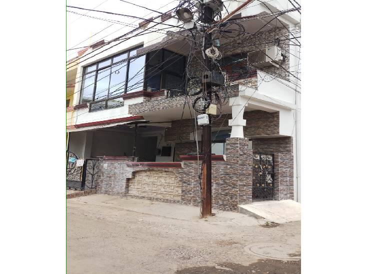 पंचशील नगर स्थित पुरुषोत्तम रजक का घर, पिछले तीन साल से बंद पड़ा है।