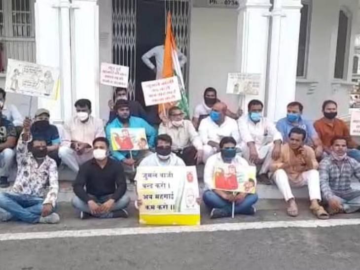 महंगाई के विरोध में उज्जैन युवक कांग्रेस का मौन धरना; केंद्र सरकार के खिलाफ एक घंटे कार्यकर्ताओं ने किया प्रदर्शन उज्जैन,Ujjain - Dainik Bhaskar