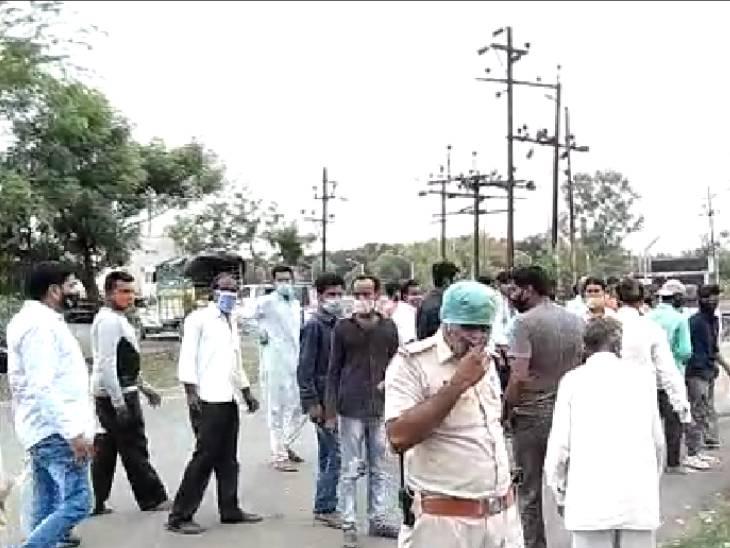 पुलिस थाने पहुंचकर परिवार वालों ने किया हंगामा। - Dainik Bhaskar