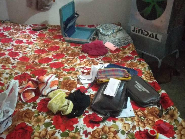 लूट के बाद बिखरा पड़ा सामान। - Dainik Bhaskar
