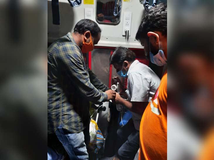 घाटशिला स्टेशन पर मुंबई मेल के इमरजेंसी स्टॉपेज को रेलवे ने दी मंजूरी, मरीज को नया ऑक्सीजन सिलेंडर सेट कर ट्रेन को किया गया रवाना|झारखंड,Jharkhand - Dainik Bhaskar