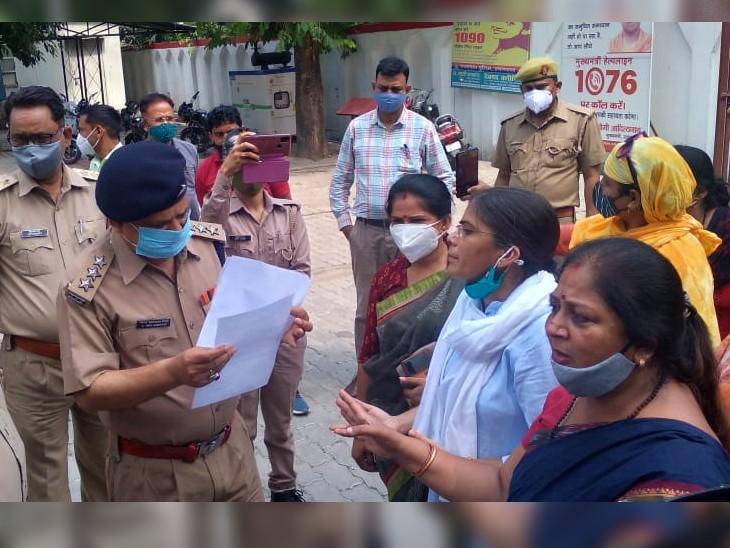 सपा नेता ऋचा सिंह अन्य महिलाओं के साथ आईजी रेंज केपी सिंह से मिलकर ज्ञापन सौंपा। - Dainik Bhaskar