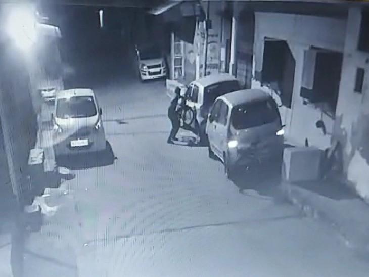 बदमाश ने साइकिल को उठाकर घर के बाहर निकाला। कुछ दूरी पर जाकर साइकिल पर बैठ कर रफू-चक्कर हो गया