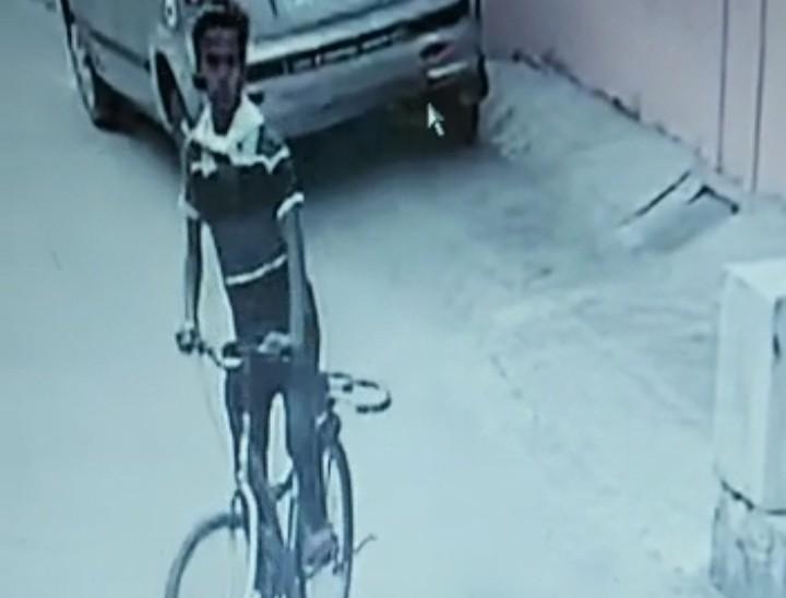 ढाई घंटे चक्कर लगाता रहा, एक बार गेट में अटकी साइकिल, दूसरे प्रयास में लेकर हुआ फरार; CCTV में कैद हुई वारदात|कोटा,Kota - Dainik Bhaskar