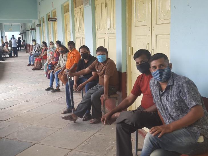 रतलाम जिले में 1 प्लस 1 फॉर्मूले से बुजुर्गों के साथ युवाओं को भी लगाया जा रहा वैक्सीन, बड़ी संख्या में बुजुर्गों के साथ युवा भी पहुंचे वैक्सीन लगवाने रतलाम,Ratlam - Dainik Bhaskar