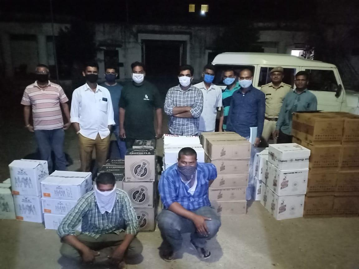 110 पेटी अंग्रेजी शराब और गाड़ी जब्त, बॉर्डर से गुजरात पहुंचने की थी तैयारी|बांसवाड़ा,Banswara - Dainik Bhaskar