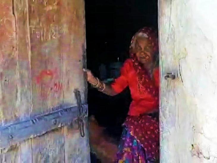 सरकारी कर्मचारियों के आग्रह के बाद गुस्से में खमानी बाई ने बंद किया घर का दरवाजा।