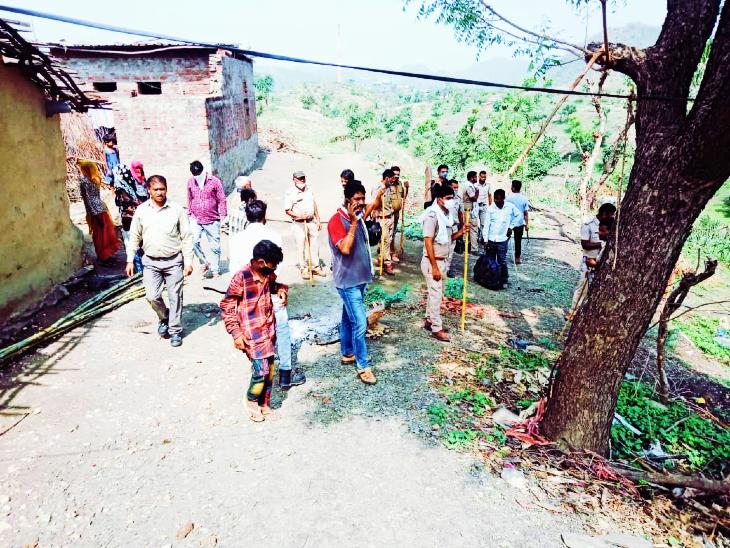 तेंदुए को भगाने के लिए लाठी भाड़ा लेकर तैयार ग्रामीण।