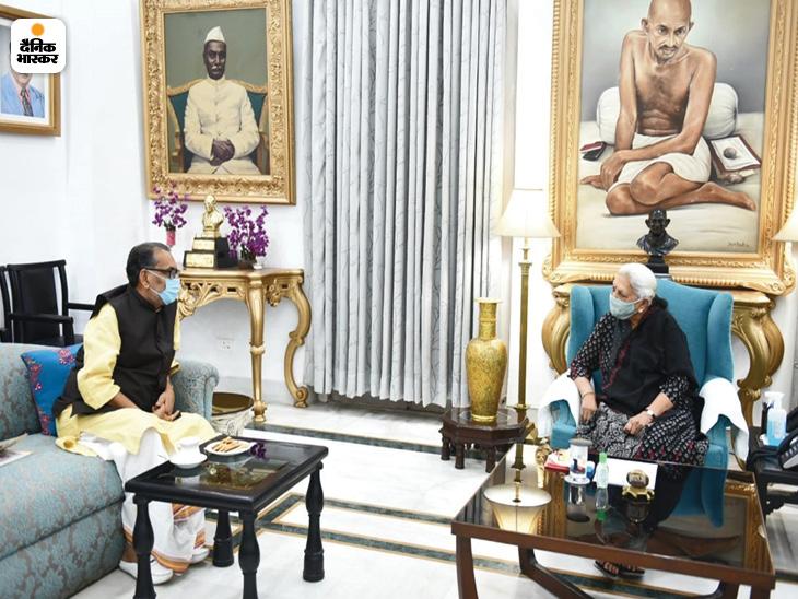 राज्यपाल आनंदी बेन पटेल से बातचीत करते भाजपा के यूपी प्रभारी राधा मोहन सिंह।
