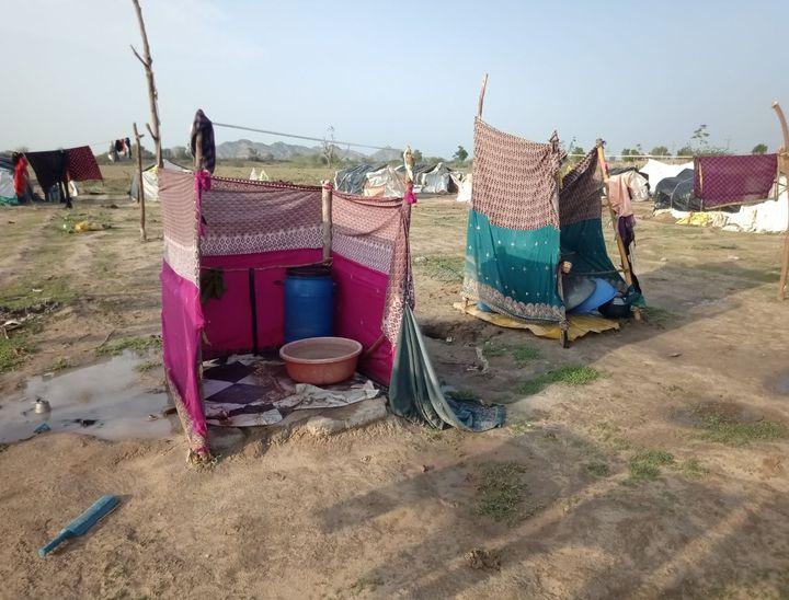 इस तरह बने हुए इनके अस्थाई स्नान घर।