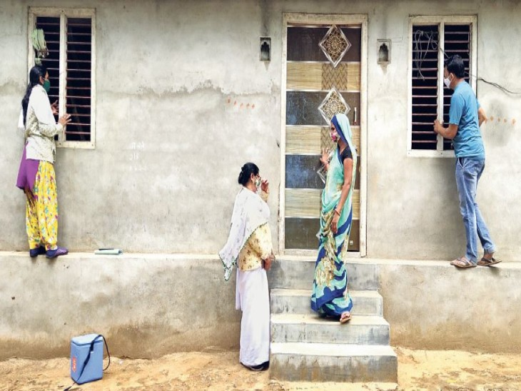 गनोड़ा में टीके लगाने मेडिकल टीम गई तो लोगों ने दरवाजे बंद कर लिए। - Dainik Bhaskar