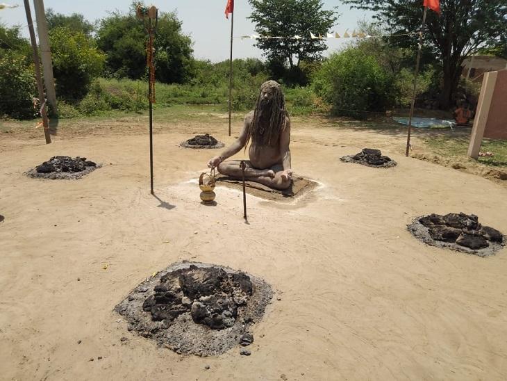 चिलचिलाती धूप में जलते गोबर के उपलों के बीच 7 दिन से अन्न-जल त्यागकर तप पर बैठा है ये साधु, 14 दिन तक ऐसे ही करेंगे जाप|आगरा,Agra - Dainik Bhaskar