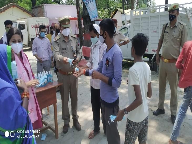 अयोध्या में पुलिस ने लोगों को बांटे मास्क और सैनिटाइजर, कोरोना प्रोटोकॉल फोलों करने की अपील|लखनऊ,Lucknow - Dainik Bhaskar